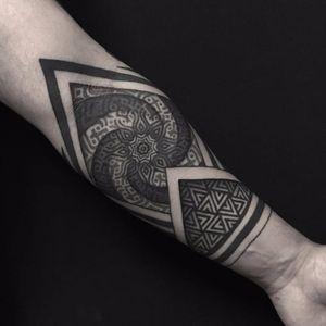 Geometric tattoo by Rachel M. Köng #RachelMKöng #geometric #dotwork #blackwork #ornamental