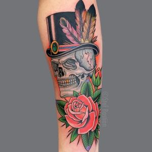 A very vibrant skull in a top-hat via Stef Bastian (IG-stef_bastian). #rose #skull #StefBastian #tophat #traditional