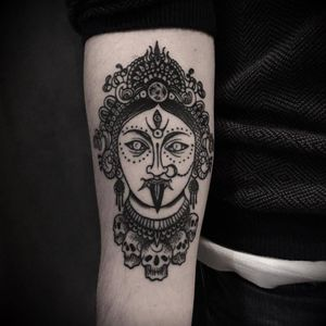 Hindu goddess tattoo by Nicola Mantineo #NicolaMantineo #blackwork #monochrome #monochromatic #dotwork #hindu #goddess #skull