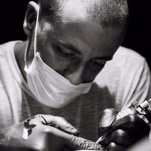 Raphael Lopes, do Metamorphosis, trabalhando em um Flash Day no Zero21 Tattoo Studio, Rio de Janeiro. #RaphaelLopes #Metamorphosis #zero21tattoostudio #flashtattoo #tatuadoresdobrasil #tatuadoresbr