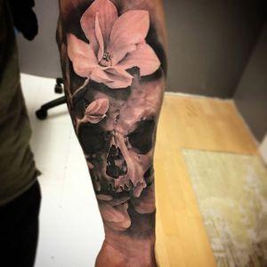 A skull among some lovely white flowers by David Rinklin (IG—neonjudas). #DavidRinklin #blackandgrey #realism #skulls
