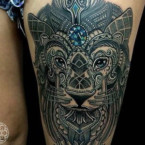 This person wears their tattoo by Coen Mitchell with pride. The gem on the lion's forehead is spectacular, and the white accenting is fantanstic. #avantgarde #animals #CoenMitchell #flow #hybrid #lion #mosaic #mosaicflow #ornamental #traditional