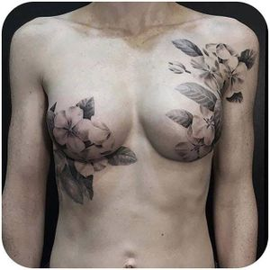 Gorgeous black and grey mastectomy scar coverup by @davidallen #DavidAllen #masectomy #coverup #blackandgrey #floral