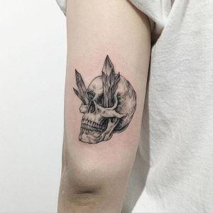 Fine line crystal skull tattoo by Tattooer Intat. #Intat #TattooerIntat #fineline #southkorean #skull #crystal