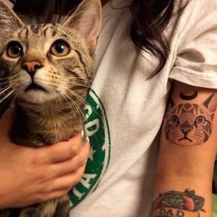 Gatinho e seu retrato na pele! Sabe quem fez essa tattoo? Conta pra gente! #cat #cattattoo #gato #gatotattoo #dotwork #pontilhismo