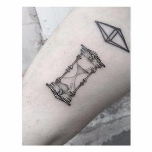 Hourglass tattoo by Max Le Squatt #MaxLeSquatt #fineline #blackandgrey #hourglass