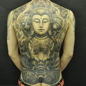 A statuesque depiction of Buddha by Heng Yue (IG—newassasin_tattoo). #blackandgrey #Buddha #HengYue