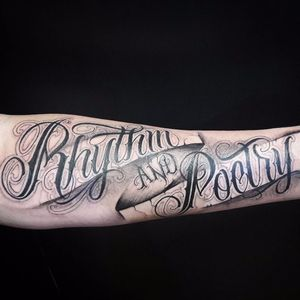 Tattoo feita pelo paulistano Caio Cruz! #CaioCruz #tatuadoresbrasileiros #lettering #letteringtattoo #letteringartist #customlettering #rythm #poetry