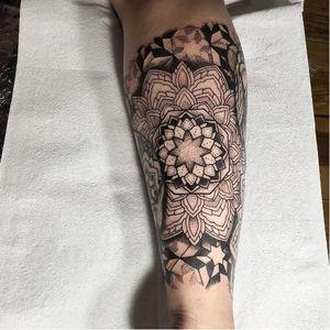 Awesome detailed mandala tattoo combined with pointillism #ishineve #pointillism #mandala #dotwork