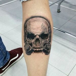 Cool black and gray skull tattoo by Andrea Morales. #AndreaMorales #EduTattoo #Madrid #skull #roses #blackandgray