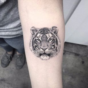 Tiger. (via IG - lazerliz) #tinytattoo #smalltattoo #portrait #animal #blackandgrey #microanimal #lazerliz #tiger