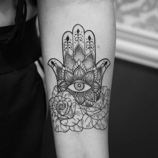 Blackwork hamsa tattoo by Elisabet Waris. #blackwork #linework #ElisabetWaris #flowers #hamsa