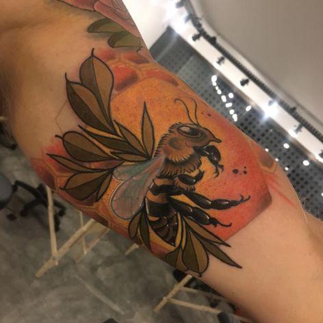 #RafaelMacieira #brasil #brazil #brazilianartist #neotrad #neotraditional #tatuadoresdobrasil #abelha #bee #bug #inseto #colorido #colorful #folha #leaf