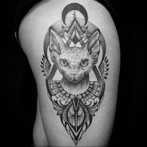 Este Sphynx é uma Art Fusion da Bruna Andrade e do Bernardo Lacerda! #BrunaAndrade #BernardoLacerda #ArtFusion #BlackWork #Sphynx #SphynxCat #SphynxTattoo #Cat #CatTattoo #Gato #TatuadoresBrasileiros #Brasil #GatoTattoo #TatuadoresBrasil