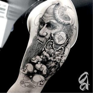 Darwin. #GustavoAbreu #blackwork #fineline #sketch #TatuadoresDoBrasil #Darwin #coruja #owl #mundo #world #mapamundi