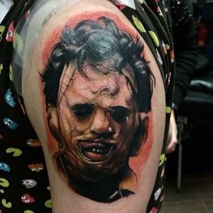 Colored Leatherface Tattoo by Alex Wright @Thealexwright #Leatherface #Leatherfacetattoo #TexasChainsawMassacre #serialkiller #killertattoo #horror #thriller #darktattoos #TheTexasChainsawMassacre #AlexWright