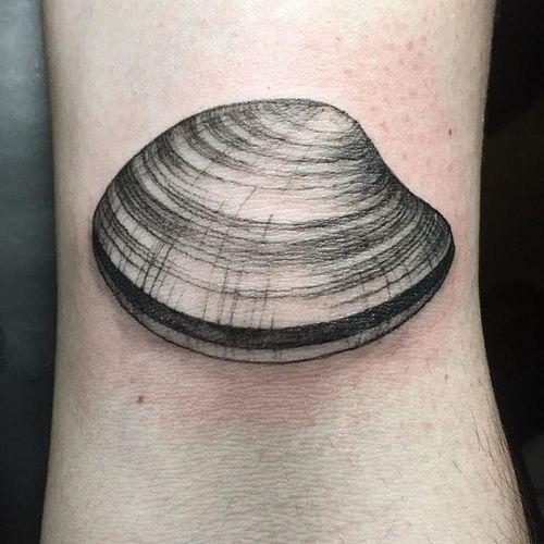 Clam tattoo by Maggie Cho Brophy. #blackwork #linework #MaggieChoBrophy #clam #seafood