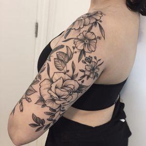 Muitas flores #RodrigoMuinhos #blackwork #brazilianartist #brasil #brazil #tatuadoresdobrasil #flor #flower #rose #rosa #leaf #folha #botanica #botanical