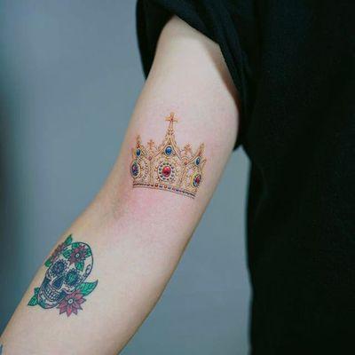 Crown by Nando Tattoo (via IG-nandotattooer) #tinytattoo #microtattoo #flora #fauna #NandoTattoo