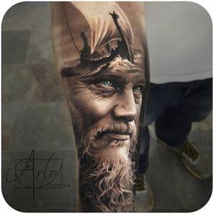 Have you guys been watching Vikings? ⚔ @arlotattoos ⚔ #tattoodo #vikings #viking #ragnarlothbrok #kingragnar #history #norse #mythology #norsemythology #portrait #arlotattoos