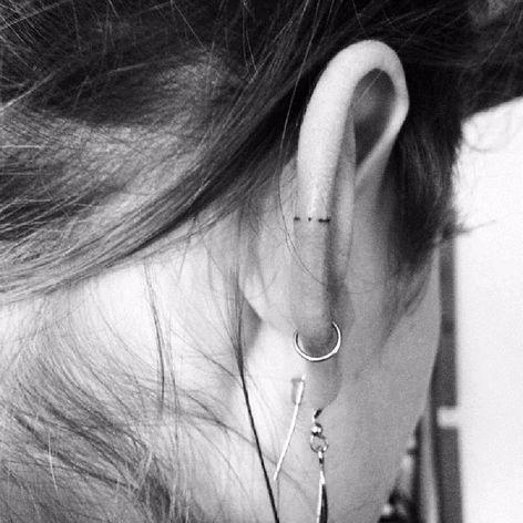 Pequenos detalhes #ZoeZoo #eartattoo #helixtattoo #tatuagemnaorelha #tendencia #fineline #dot #ponto #traço #simples #simple