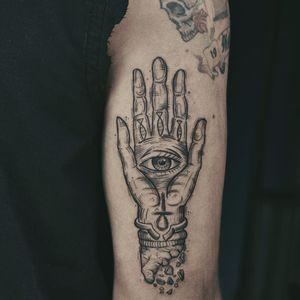 Mão que tudo vê #TamiresMandacaru #TatuadorasDoBrasil #brazilianartist #brasil #brazil #sketchstyle #estilorascunho #blackwork #fineline #mao #hand #olho #eye #ankh