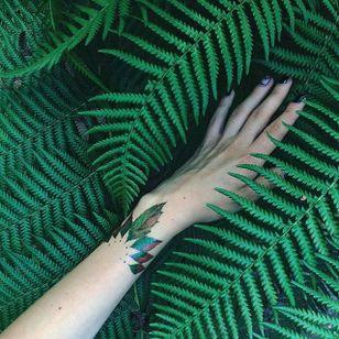 Garden-inspired tattoo by Pis Saro. #PisSaro #flower #garden #plant #bracelet