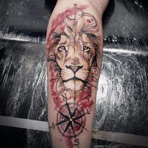 Maravilhoso trabalho de cores #FranciscoLourenço #leao #lion #liontattoo #lionhead #felino #reidaselva #theking #animaltattoo #tatuagemdeaninais #watercolor #aquarela #bussola #compass