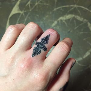 Cool finger tattoo by Megan Massacre #meganmassacre #finger #fingertattoo #blackwork #micro #microtattoo