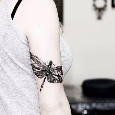 Feita por Diana Severinenko #DianaSeverinenko #libelula #libelulatattoo #dragonfly #dragonflytattoo #inseto #bug #blackwork