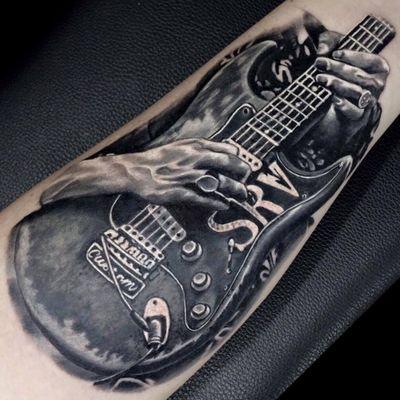 Tirando um sonzinho #RodrigoLobão #RodrigoRodrigues #brasil #brazil #tatuadoresdobrasil #brazilianartist #realismo #realism #guitarra #guitar #maos #hands #pretoecinza #blackandgrey