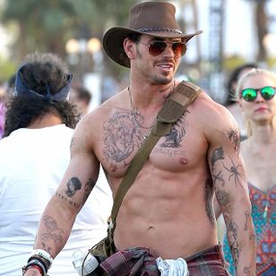 Kellan has been known to get temporary inked for Coachella in past festivals so 2016 was no exception photo by Fern at Splash News #coachella #festival #tattoostyle #fashion #flashtattoo #temporarytattoo #hollywood #actor