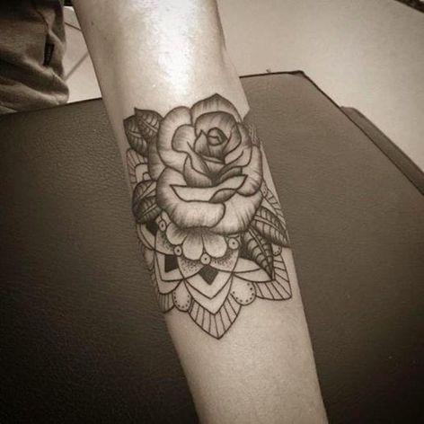 Rosa por Anna Luiza Schramm! #AnnaLuizaSchramm #TatuadorasBrasileiras #TatuadorasdoBrasil #TattooBr #TattoodoBr#rosa #rose #flor #flower #mandala