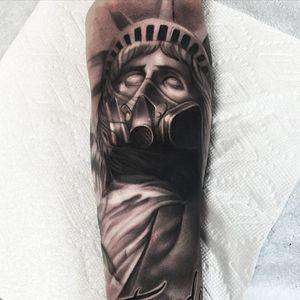 The Statue of Liberty wearing a gas mask by Ryan Mullins (IG—ryanmullinsart). #blackandgrey #portraiture #realism #RyanMullins #StatueofLiberty