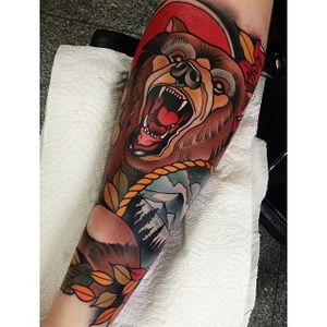 Neo Traditional Bear Tattoo by Johnny Domus Mesquitan #NeoTraditionalBear #NeoTraditional #BearTattoos #BearTattoo #JohnnyDomusMesquitan #bear