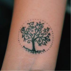 Pequeniníssima árvore! #arvore #tree #minimalista #delicada #raphaellopes #metamorphosistattooparlor #riodejaneiro #pontilhismo #blackwork #talentonacional #fineline #brasil #brazil #portugues #portuguese