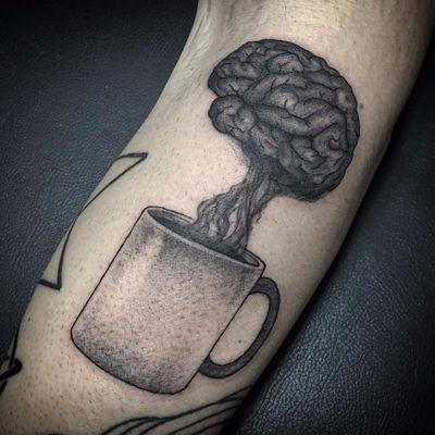Vai uma café? #PedroVeloso #brazilianartist #tatuadoresdobrasil #brasil #brazil #blackwork #cafe #coffee #smoke #fumaça #cup #caneca #cerebro #brain