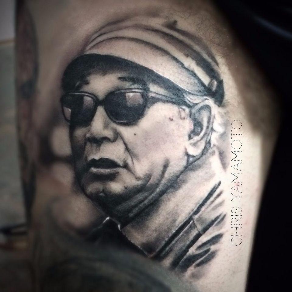 O diretor Akira Kurosawa por Chris Yamamoto! #ChrisYamamoto #TatudoresBrasileiros #TatuadoresdoBrasil #Tattoobr #TattoodoBr #AkiraKurosawa #cineasta #blackandgrey #pretoecinza #realismo #realism #realistic