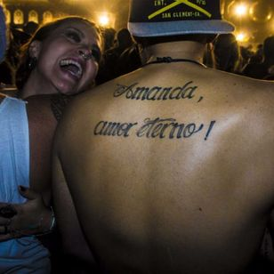 I wonder if that girl next to him is the lucky Amanda who this guy will love forever? photo by Rodrigo Zaim and Lucas Jacinto #tomorrowlandbrazil #festival #tattoostyle #RodrigoZaim #LucasJacinto #script #name