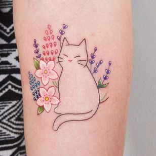 Minimalist cat and flowers tattoo by Jessica Channer. #minimalist #linework #cat #illustration #flowers #JessicaChanner