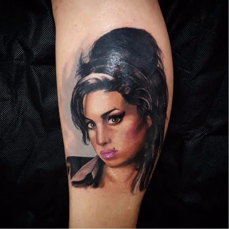 A saudosa Amy Winehouse! #amyWinehouse #cantora #singer #musica #RafinhaArt #realismo #realismocolorido #inkTeam #ElectricInk #talentonacional #brasil #brazil #portugues #portuguese