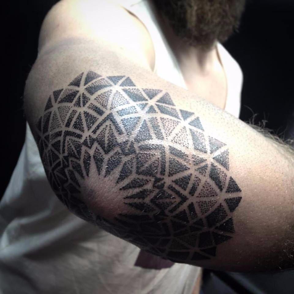 Mandala em pontilhismo no cotovelo! #PolyannaCorrea #tattooartist #TatuadorasDoBrasil #brasil #brazil #brazilianartist #artistabrasileira #mandala #pontilhismo #dotwork #blackwork
