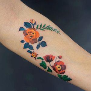 Wreath by Zihee (via IG-zihee_tattoo) #microtattoo #smalltattoo #femininetattoo #flowertattoo #watercolor #painterly #zihee