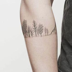 A lovely row of winter trees by Hannah Nova Dudley (IG— hannah_novart). #dotwork #HannahNovaDudley #landscapes #miniature #pristine #trees