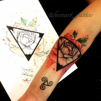 trabalho feito pela artista Mariana Silva! #MarianaSilva #tatuadorasbrasileiras #flor #flower #triangle #triangulo