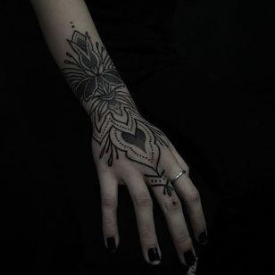 Ornamental Hand Motif by Hannah Pixie Snowdon (via IG-hannahpixiesnow) #ornamental #abstract #blackwork #pointillism #dotwork #floral #hannahpixiesnowdon