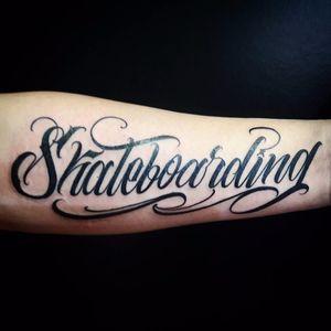 Lindo trabalho por Caio Cruz! #CaioCruz #tatuadoresbrasileiros #lettering #letteringtattoo #letteringartist #customlettering #skateboarding #skateboardingtattoo #sk8