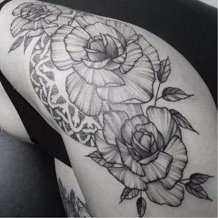 Flores #PedroVeloso #brazilianartist #tatuadoresdobrasil #brasil #brazil #blackwork #flor #flower #rosa #rose #pontilhismo #dotwork #folha #leaf #botanica #botanical #dotline