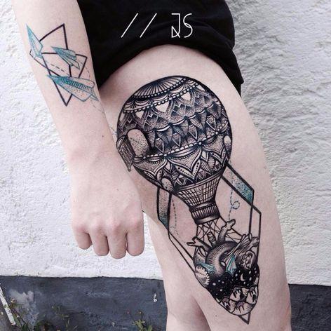Jessica Svartvit #JessicaSvartvit #balloon #balloontattoo #balao #pontilhismo #dotwork #coração #heart #anatomicalheart #coraçãoanatomico #ceu #sky #montanha #hill #aviaodepapel #paperplane