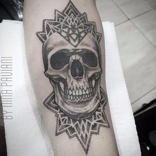 Caveira por Nina Paviani! #NinaPaviani #tatuadorasbrasileiras #tatuadorasdobrasil #tattoobr #tattoodobr #skull #caveira #cranio #pontilhismo #dotwork